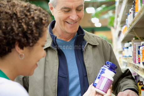 man getting advise from pharmacistの写真素材 [FYI02285940]