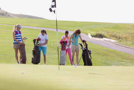 foursome of female golfers selecting golf clubsの写真素材 [FYI02285950]