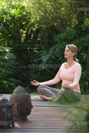 woman meditating in yoga poseの写真素材 [FYI02285972]