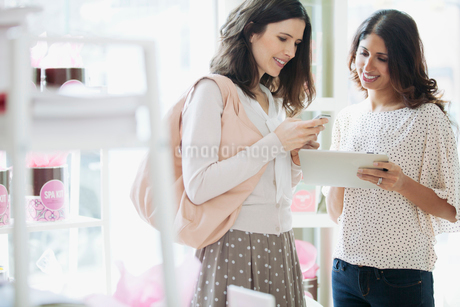women sharing information at spaの写真素材 [FYI02285991]