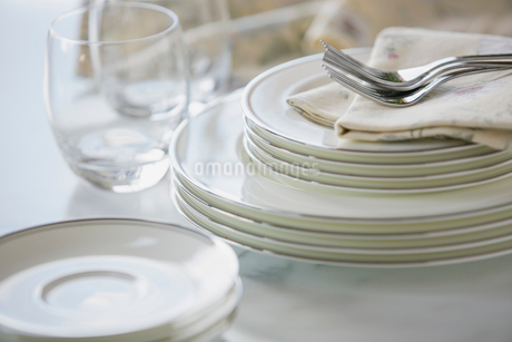 Close-up of gleaming fine china stacked on counter.の写真素材 [FYI02286081]
