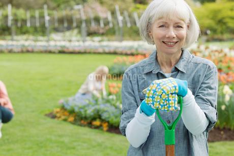 portrait of mature female gardenerの写真素材 [FYI02286096]