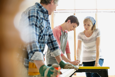 family doing home renovations togetherの写真素材 [FYI02286100]