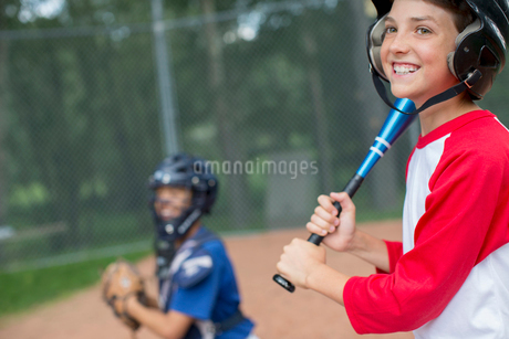 12 year old baseball player ready to batの写真素材 [FYI02286101]