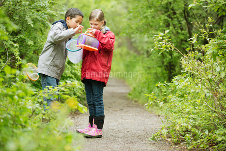 elementary students on an outdoor field tripの写真素材 [FYI02286123]
