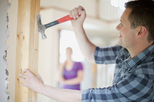 homeowner pulling nails from wallの写真素材 [FYI02286182]