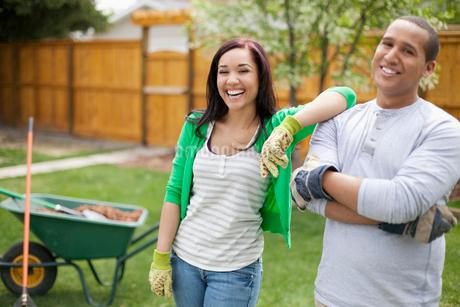couple working in backyard togetherの写真素材 [FYI02286195]