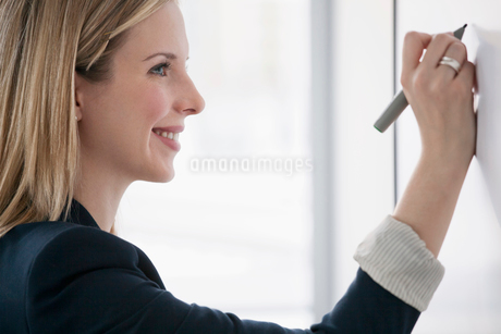 young business woman at whiteboardの写真素材 [FYI02286259]