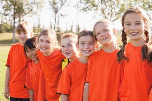 girls soccer team standing side by sideの写真素材 [FYI02286265]