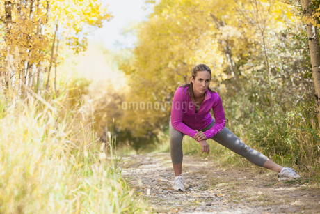 Woman stretching before outdoor run.の写真素材 [FYI02286371]