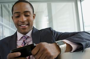 business man text messagingの写真素材 [FYI02286384]