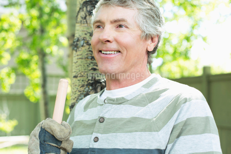 middle aged man doing clean up in yardの写真素材 [FYI02286389]