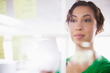young, adult business woman focussed on chartの写真素材 [FYI02286436]