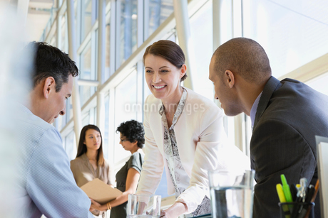 Businesswoman talking with colleagues in board roomの写真素材 [FYI02286460]
