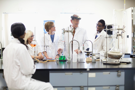 college students working in science labの写真素材 [FYI02286551]