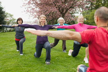 mature woman doing an outdoor workoutの写真素材 [FYI02286582]