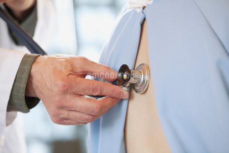 doctor examining patient with stethescopeの写真素材 [FYI02286640]