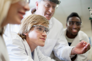 college students working in science labの写真素材 [FYI02286668]