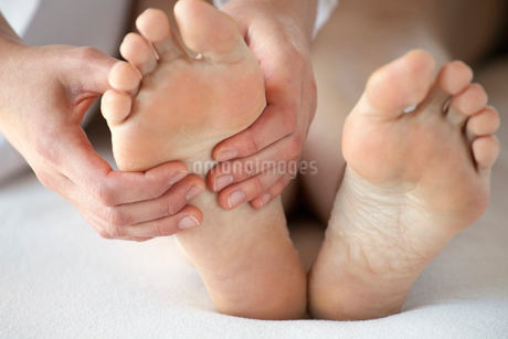 closeup of feet being massagedの写真素材 [FYI02286687]