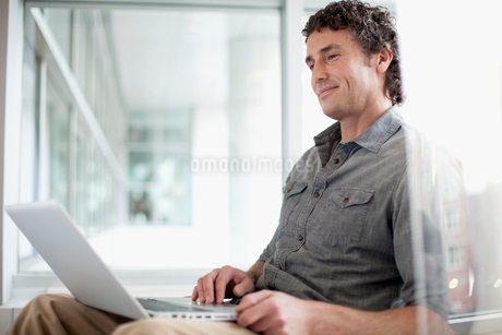 attractive businessman at workの写真素材 [FYI02286721]