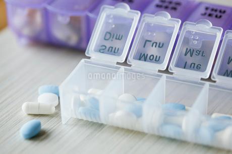 pills with pill organizerの写真素材 [FYI02286735]