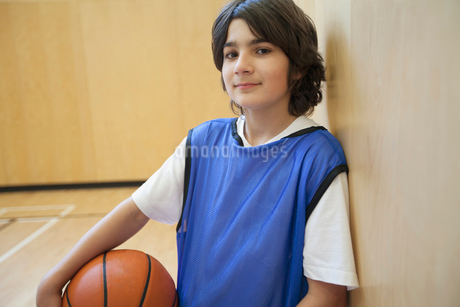 Male, middle school student posing with basketball.の写真素材 [FYI02286750]