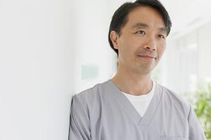 asian medical technician looking aheadの写真素材 [FYI02286764]
