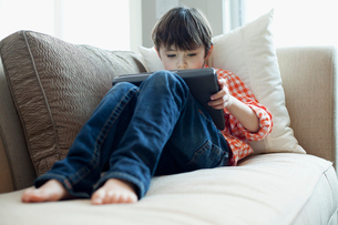 young boy playing on ipadの写真素材 [FYI02286834]