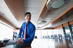 businessman in bright, urban officeの写真素材 [FYI02286865]