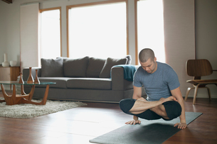 man doing yoga poses at homeの写真素材 [FYI02286871]