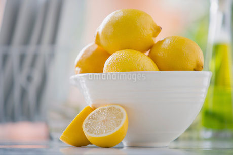 White bowl filled with lemons on counter.の写真素材 [FYI02286882]