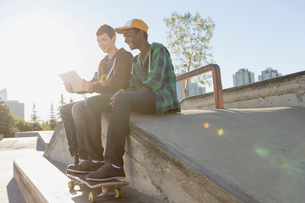 teenage boys at skate-park with pc tabletの写真素材 [FYI02286919]