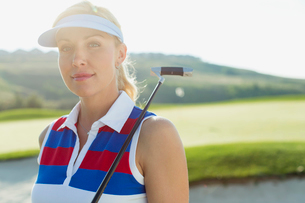 pretty, female golfer with putterの写真素材 [FYI02286941]