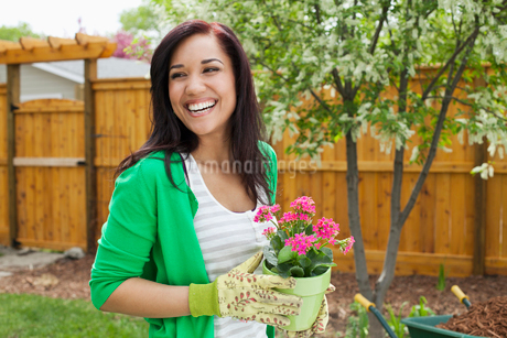 pretty woman with flowers to plant in yardの写真素材 [FYI02286989]