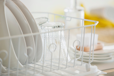 Close-up of white dishes in drying rack.の写真素材 [FYI02287032]