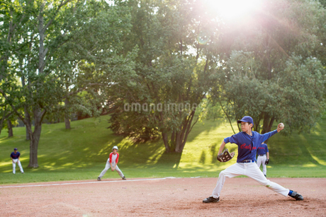 pitcher stretching as he prepares to throwの写真素材 [FYI02287064]