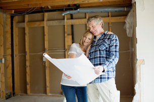 middle aged couple making renovation plansの写真素材 [FYI02287089]