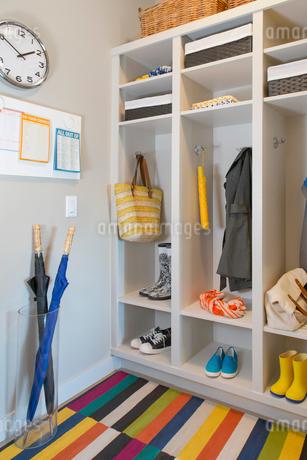 Modern mud room with plenty of storage.の写真素材 [FYI02287109]