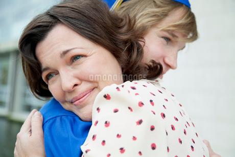 mom hugging her graduate sonの写真素材 [FYI02287133]