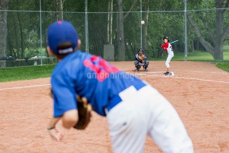 pircher on boys baseball team throwing ball to batterの写真素材 [FYI02287158]