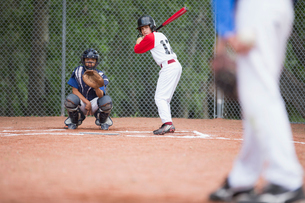 young baseball player at home plate ready to batの写真素材 [FYI02287174]