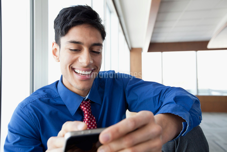 young business man textingの写真素材 [FYI02287204]