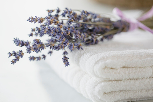 Folded white towels with sprig of lavender.の写真素材 [FYI02287205]