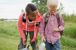 elementary students with digging tools and compass on field tripの写真素材 [FYI02287214]