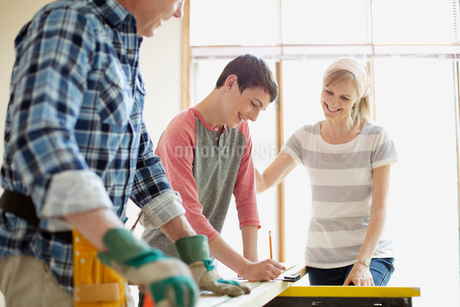 family doing home renovations togetherの写真素材 [FYI02287226]