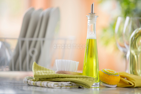 Close-up of cleaning items on kitchen counter.の写真素材 [FYI02287231]
