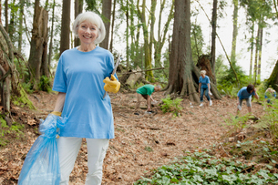 mature woman helping to clean up parkの写真素材 [FYI02287250]
