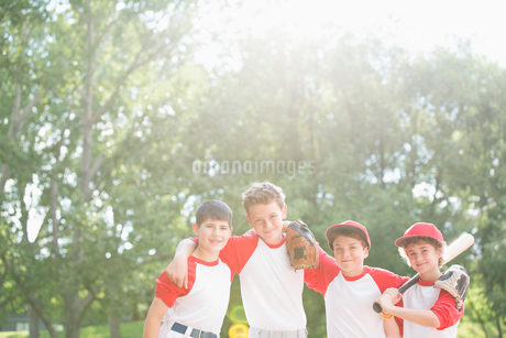 four members of boys baseball team standing togetherの写真素材 [FYI02287254]
