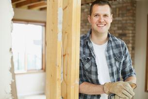 happy, mid adult man in house renovationの写真素材 [FYI02287273]