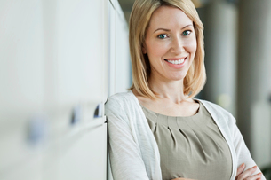 Portrait of beautiful businesswoman standing in officeの写真素材 [FYI02287332]